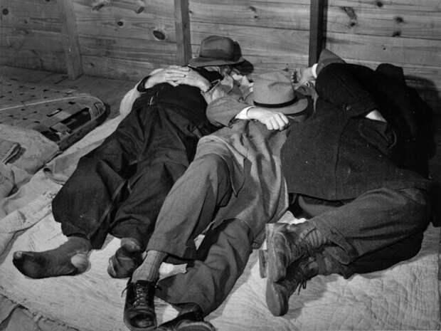 Бедные фермеры спят в помещении на товарном складе. Часто им приходилось оставаться там на несколько дней - пока не будет продан весь табак. Дарем, Северная Каролина, 1939 год