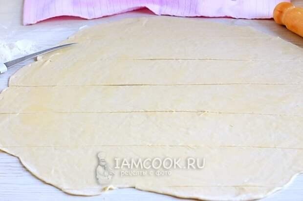 Разрезать тесто на полоски