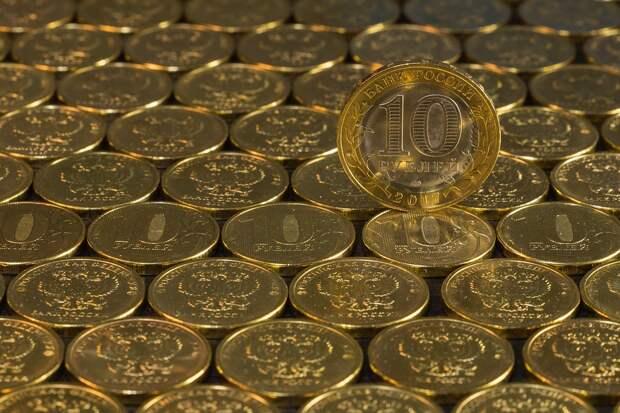 Эксперт назвал последствия падения рубля для россиян