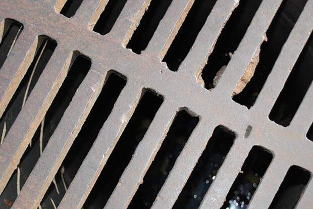 На Кашенкином Лугу восстановили решетку водосточного люка