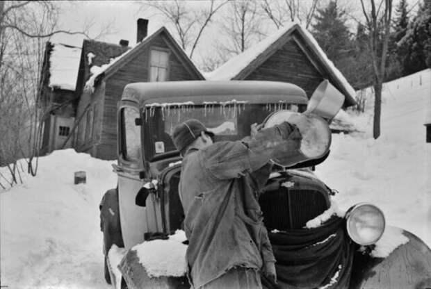 Наемный работник на ферме недалеко от Вудстока, штат Вермонт, обычно каждый вечер опорожняет радиатор в своей машине и снова доливает воду утром, чтобы сэкономить на стоимости антифриза, 1940 год