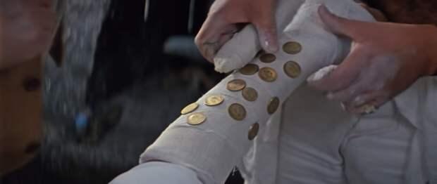 Процесс запаковки контрабанды (кадр из фильма)
