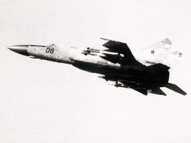 """""""Поилец наш"""": МиГ-25 в СССР заправляли чистым спиртом"""