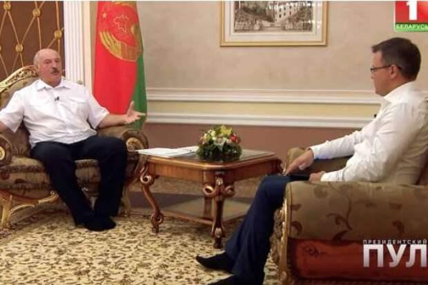 На интервью – без обуви: Лукашенко «засветил» в кадре необычный дресс-код