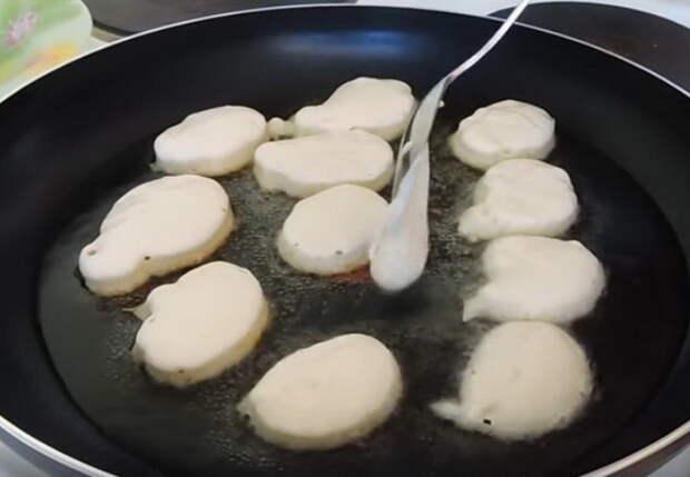 Выкладывайте оладьи ложкой на раскаленную сковороду.