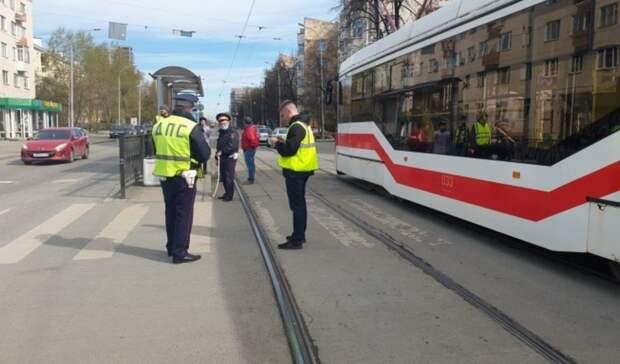 Трамвай сбил 10-летнюю девочку навелосипеде вцентре Екатеринбурга