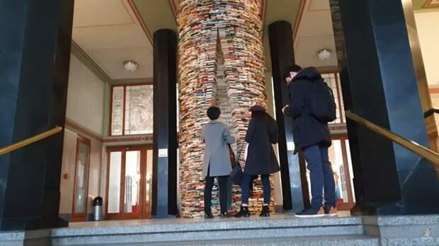 Видео: Башня из книг в Праге, у которой не видно верхушки