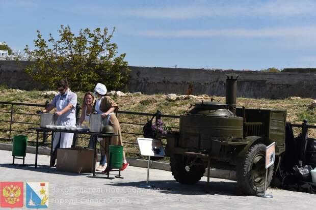 В Севастополе на Константиновской батарее воссоздали высадку советского десанта