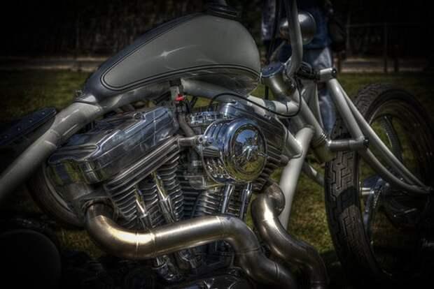 На Алтуфьевском шоссе легковушка столкнулась с мотоциклом
