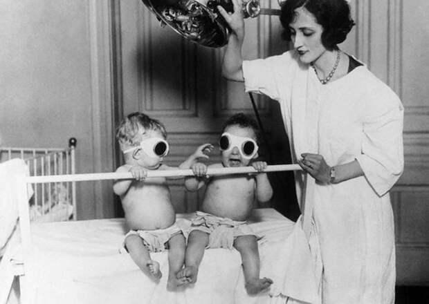 Медсестра облучает детей УФ-светом. 1927 год. В прошлом витамин D поставлялся детям через загар, пока этот способ не заменили более безопасные методы, которыми мы пользуемся сегодня.