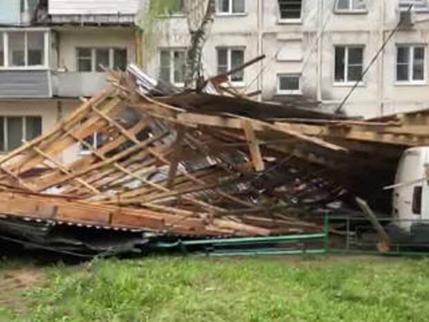Чудо, что никто не пострадал: ураганный ветер снес крышу с многоэтажки