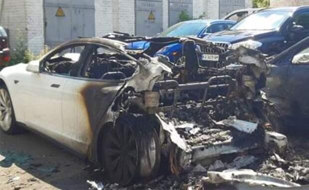 На фото: сгоревший автомобиль автомобиль Tesla Model X, который принадлежал экс-главе Офиса президента Андрею Богдану