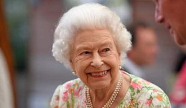 Елизавета II схватила меч на приеме для лидеров государств