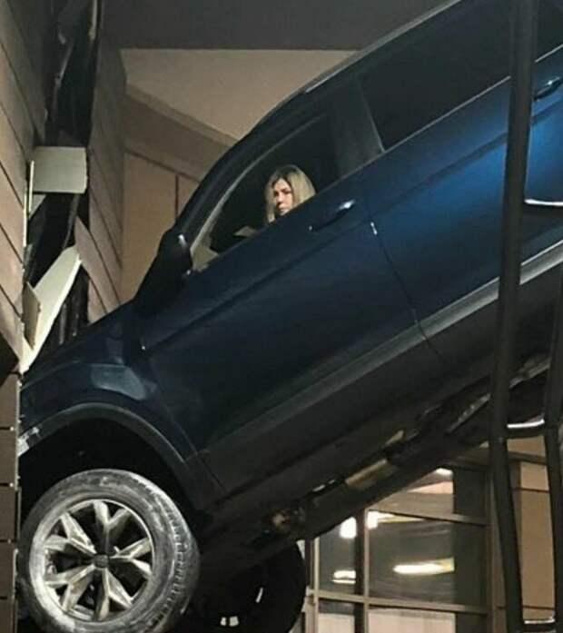 девушка неудачно припарковалась