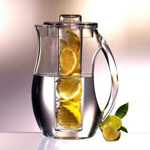 Кувшин для воды с емкостью для фруктов. | Фото: Connox.