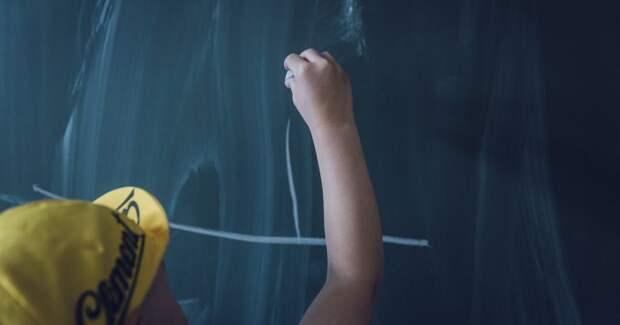 Ребёнок возле школьной доски