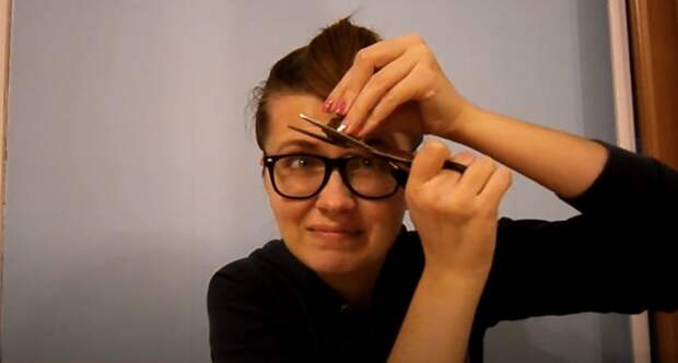 Девушка впервые делает себе стрижку каскад дома (скриншот из видео на ютуб-канале Halina life in USA).