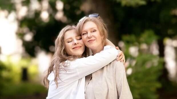 Без фильтров и ретуши: красивые мамы звезд покорили Сеть