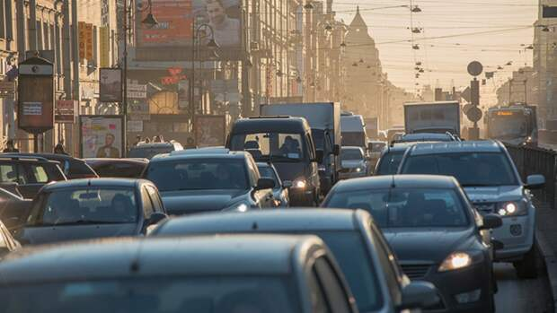 Жители Петербурга столкнулись с семибалльными пробками в начале рабочей недели