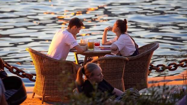 Ресторанам в Москве порекомендовали закрыть веранды из-за ветра и дождя