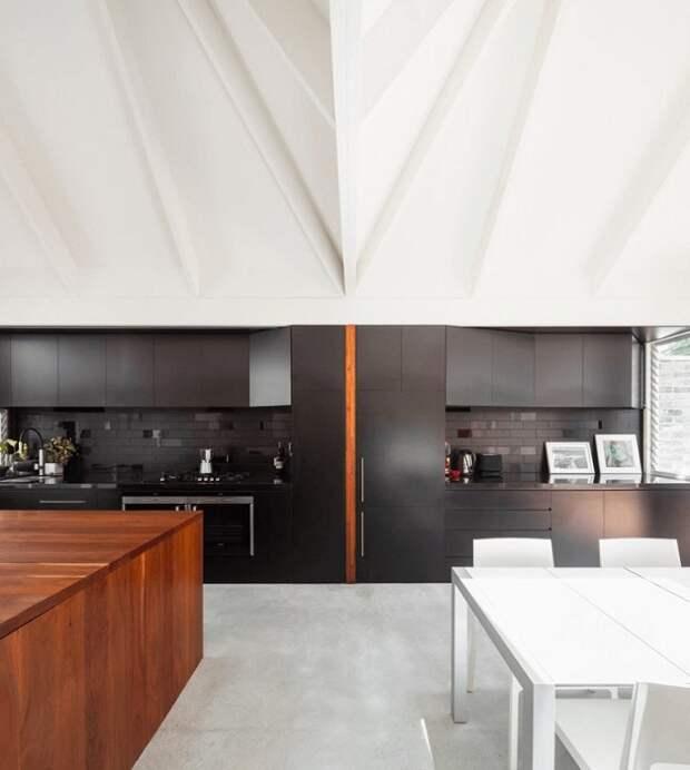 Кухня оформлена в современных мотивах, что однозначно понравится и станет просто прекрасным решением для интерьера.