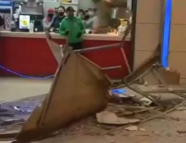В московском ТЦ упал потолок