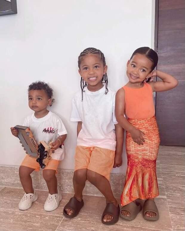 Каникулы во время развода с Канье Уэстом: Ким Кардашьян на отдыхе у океана с детьми