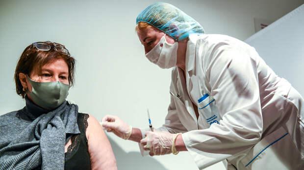 Треть пожилых москвичей вакцинировалась от Covid‑19