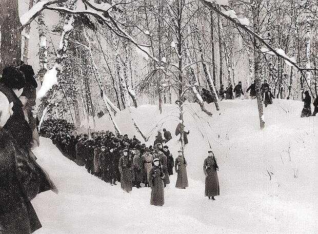 В Горки, где Ильич умер на руках у жены, приехали многие видные большевики, а местные крестьяне, провожая вождя, плакали…