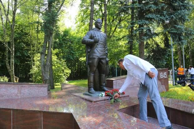 Возложение цветов к отреставрированному памятнику / Фото: Александр Чикин