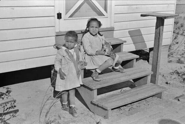 Дети на ступеньках дома миссис Браун, заемщицы FSA, в Прейри Фармс, Монтгомери, Алабама, 1939 год