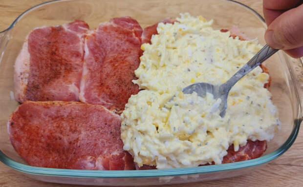 Накрываем мясо салатом и ставим в духовку. Рецепт подсмотрели у немца