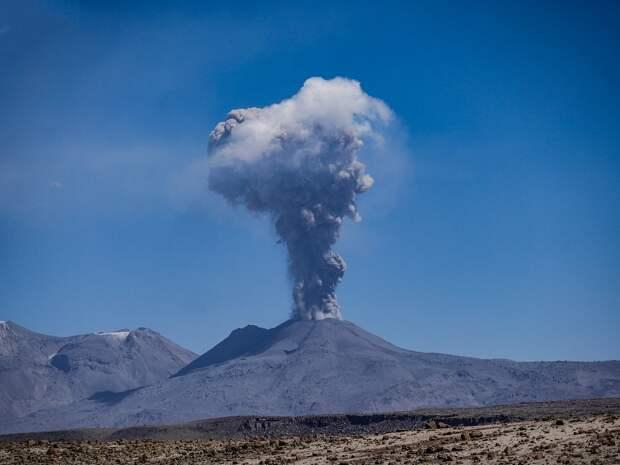 Курильский вулкан Эбеко выбросил пепел и засыпал близлежащий город