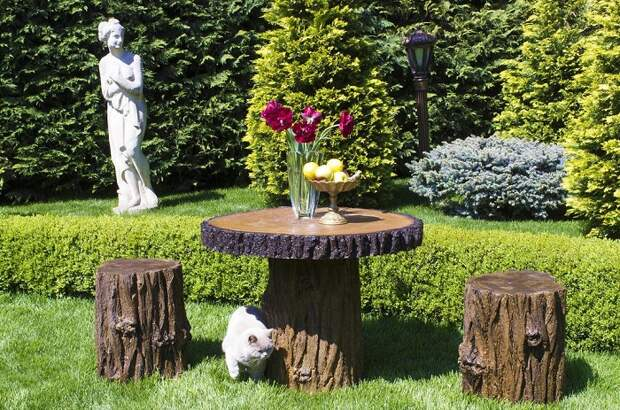 Из пней можно сделать обеденную зону: стол и несколько табуретов. / Фото: krrot.net