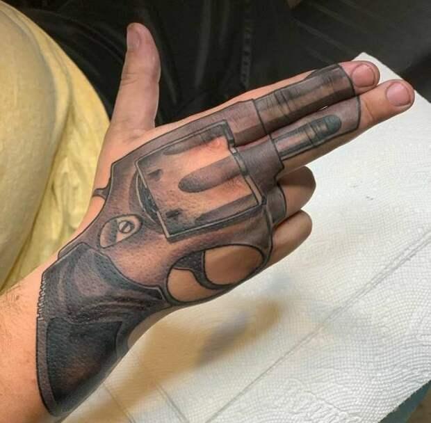Татуировка пистолет на руке