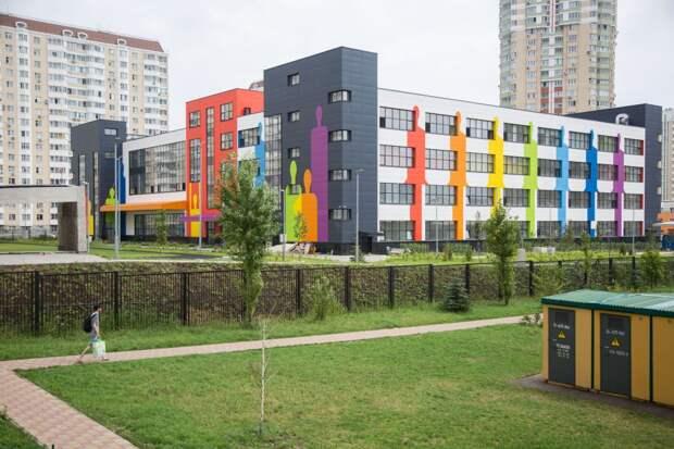 Территорию восьми школ в Строгине благоустроят