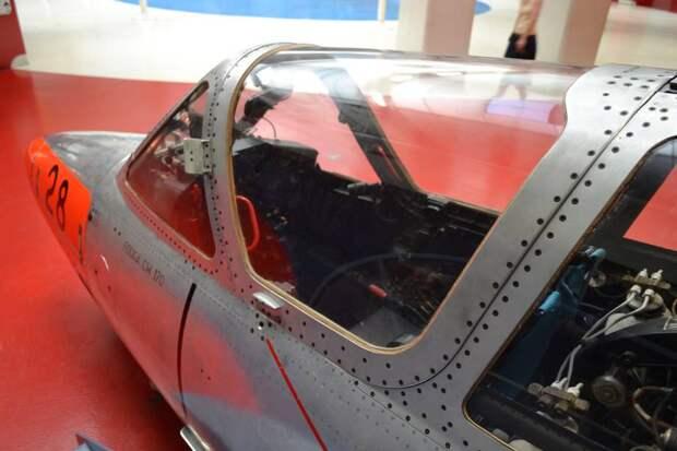 Носовая часть самолета Fouga CM.170 Magister. Машина сделана аккуратно, но сразу видно, что аэродинамика была принесена в жертву удобству сборки и обслуживания. При этом самолет прекрасно выполнял свои учебные задачи, а скорость и большая дальность ему были не нужны
