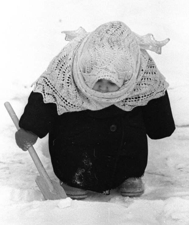 Что бы было теплее в зимнюю стужу, нам одевали платки и завязывали на спине.