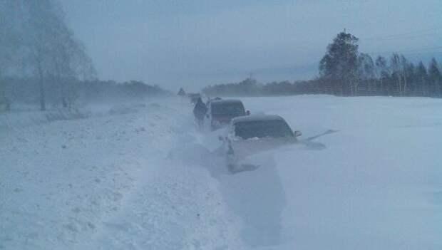 В Оренбургской области семь автомобилей попали в снежный затор