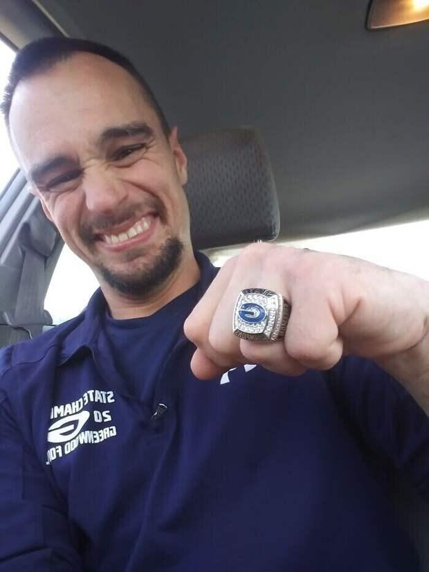 У Джейми ДЦП, и он не может заниматься спортом. Но команда, которой он помогал в качестве волонтера, подарила ему кольцо члена команды