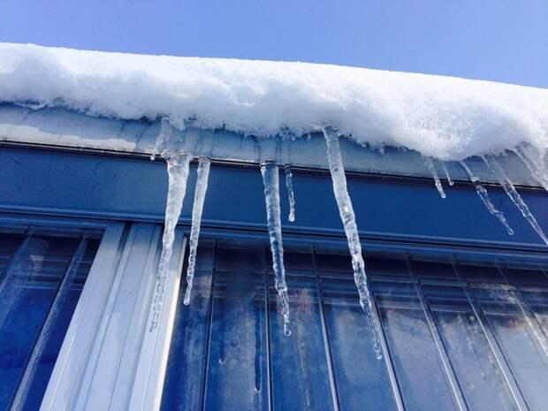 Управляющая компания в Глазове заплатит штраф за падение снега на женщину с ребенком