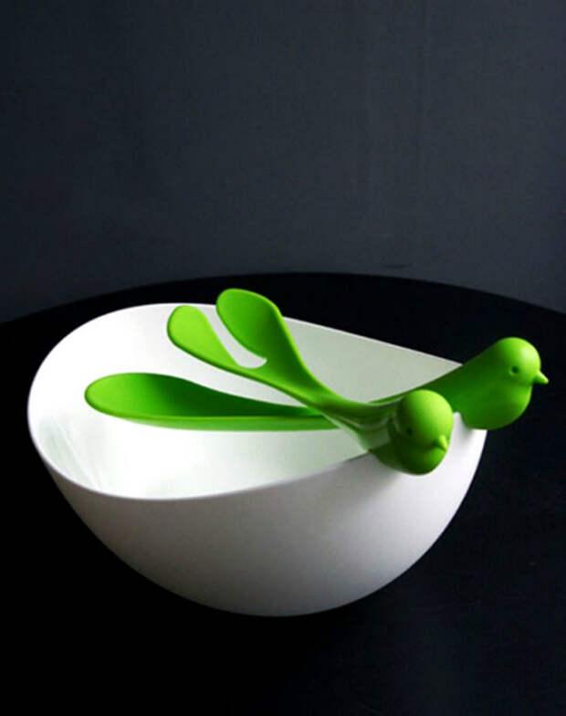 Блюдо для салата со специальными приборами. | Фото: Reading.com.ua.