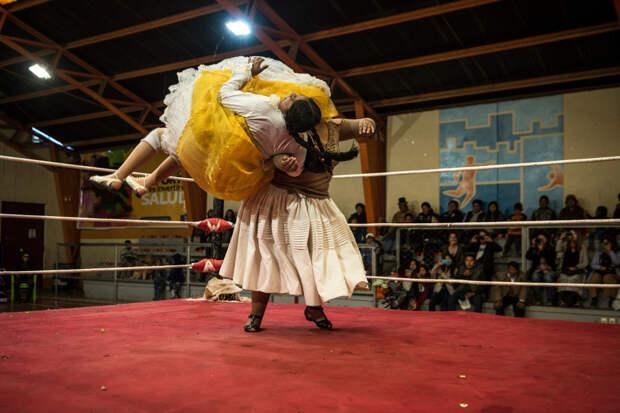 Летающие чолитас: как проходят женские бои в Боливии