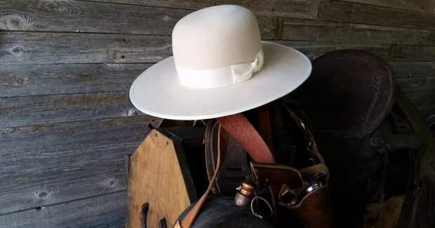 Оригинальная шляпа Boss of the Plains, которая в дальнейшем получила множество других модификаций с загнутыми полями и другими различными формами и стилями.