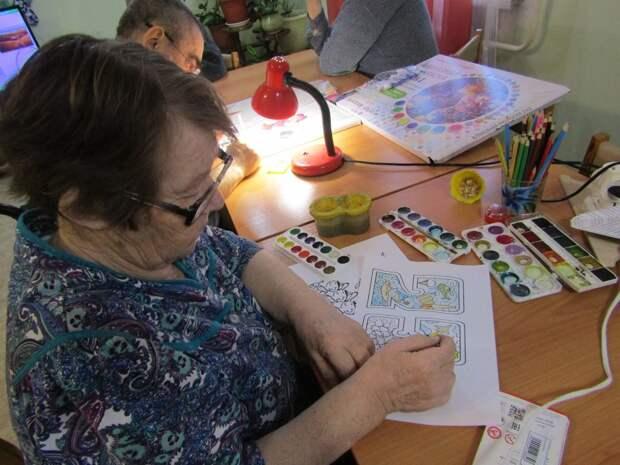 Жители Северного Тушина собирают подарки для одиноких пенсионеров