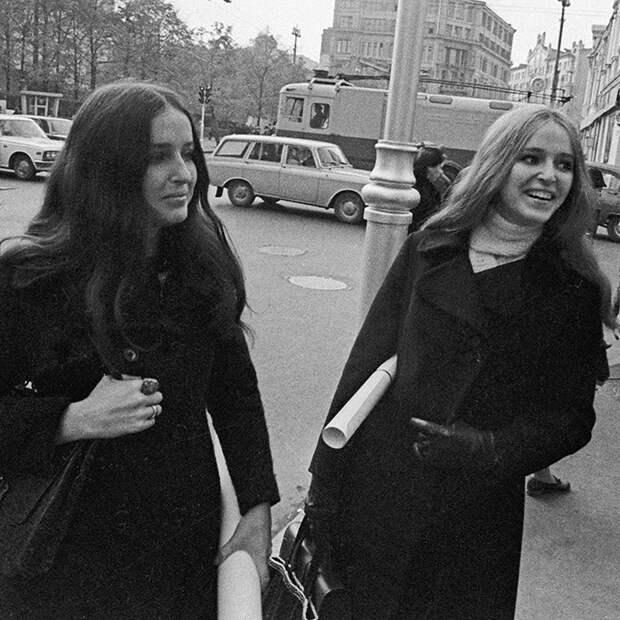 Фото модели в вечернем образе из каталога Ленинградского дома моделей, 1977 год