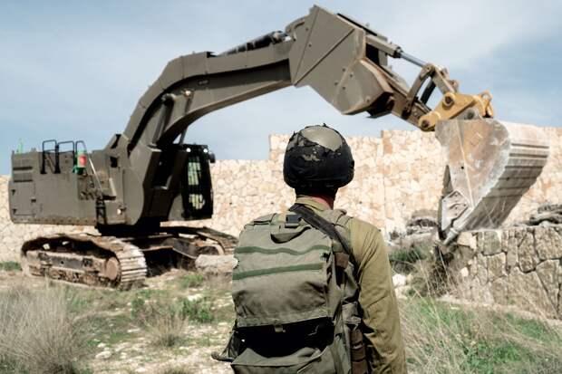 Экскаватор помог российским военным заблокировать движение колонны с турецкой бронетехникой