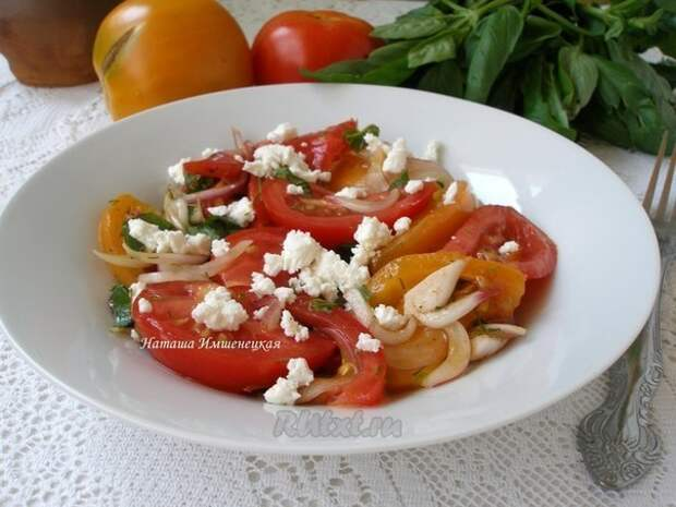 Элегантный салат из помидоров с сыром