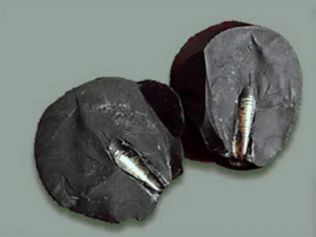 Металлический стержень в камне