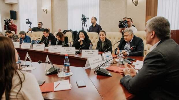 Вместо танков в Крыму – счастливые люди